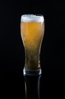 Bière pression en verre sur fond noir