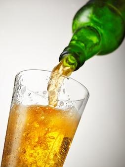 La bière se verse dans le verre