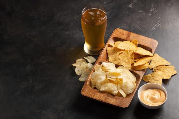 La bière avec des snacks sont des chips et des nachos.