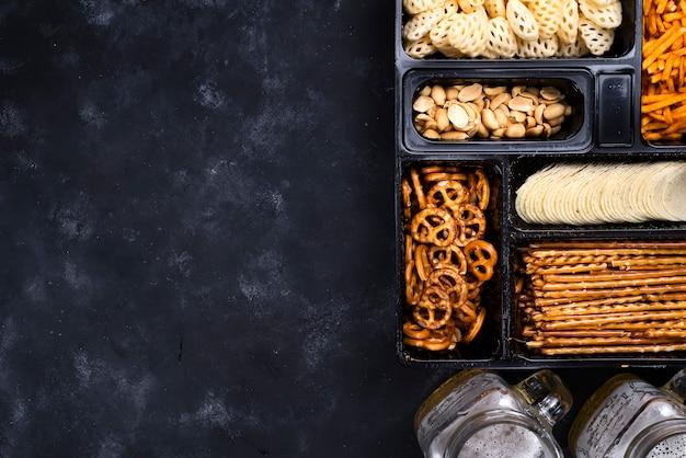 Bière et snacks sur le tableau noir