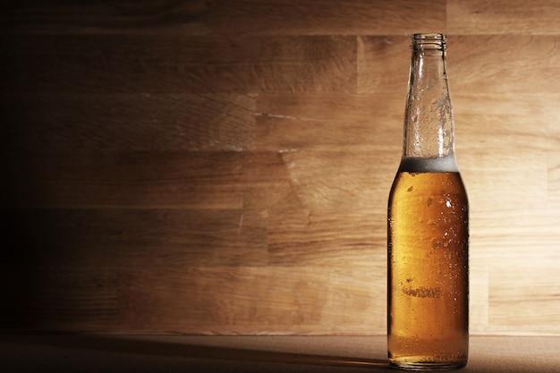 Bière sur une surface en bois