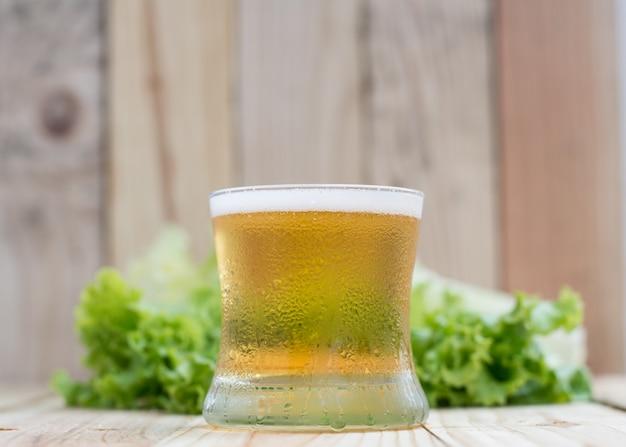 Bière sur une table en bois