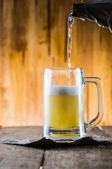 Bière sur table en bois