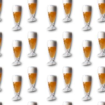 Bière transparente avec des gouttes de mousse dans un verre sur fond blanc