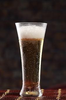 Bière en verre sur un fond noir