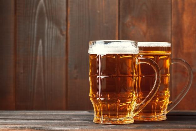 Bière en verre sur table en bois