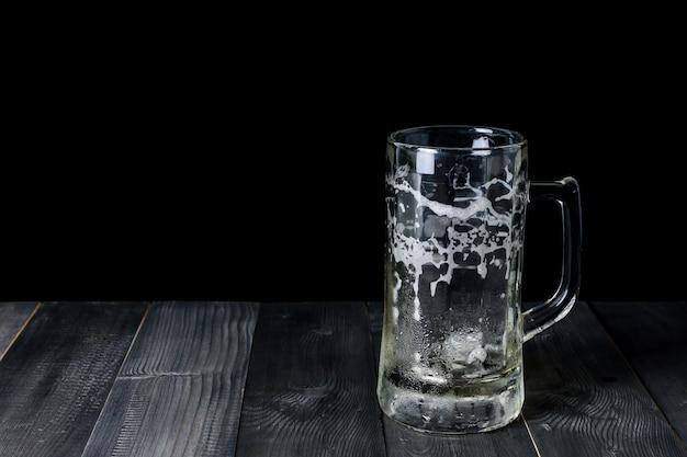 Bière en verre sur une table en bois