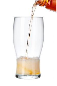 Bière, verser, de, bouteille, dans, verre, isolé, blanc