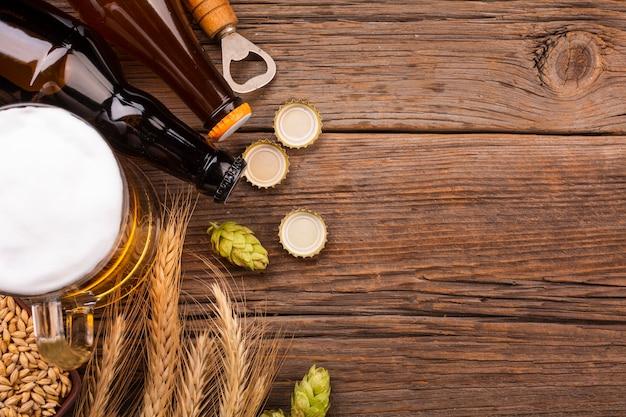 Bière vue du dessus avec des ingrédients frais
