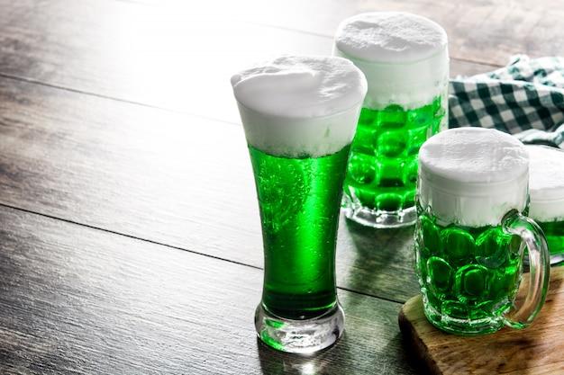 Bières vertes traditionnelles de la saint-patrick sur l'espace de copie de table en bois