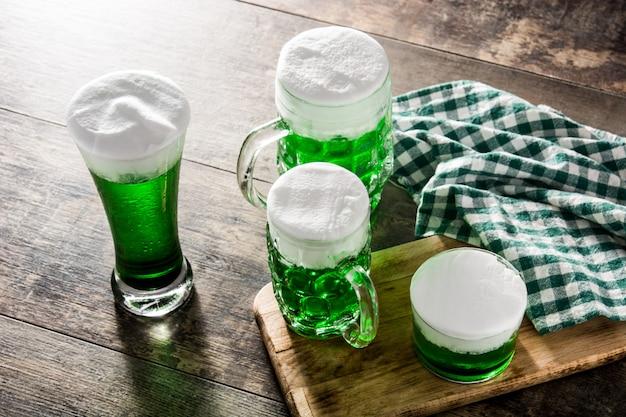 Bières vertes traditionnelles de la saint-patrick sur table en bois