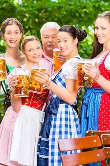 Biergarten - amis buvant au bavaria pub