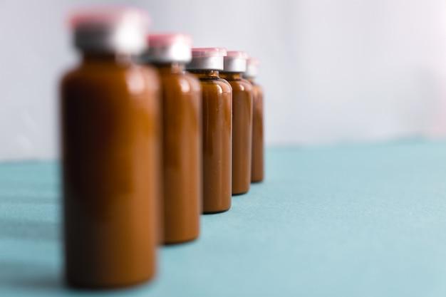 Bifidobactéries liquides probiotiques dans une bulle brune. concept de médecine. la prévention.