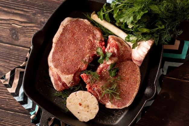 Bifteck black angus grillé et fourchette à viande sur le gril