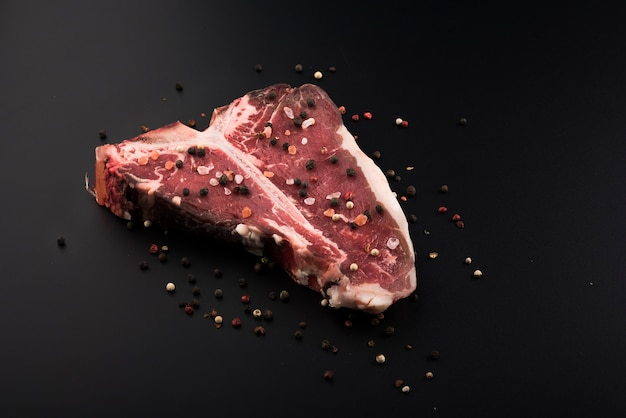 Bifteck de boeuf cru à angle élevé