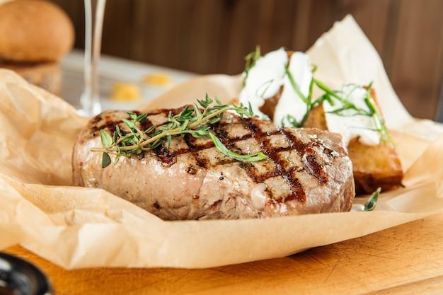 Bifteck de bœuf de new york à la crème sure