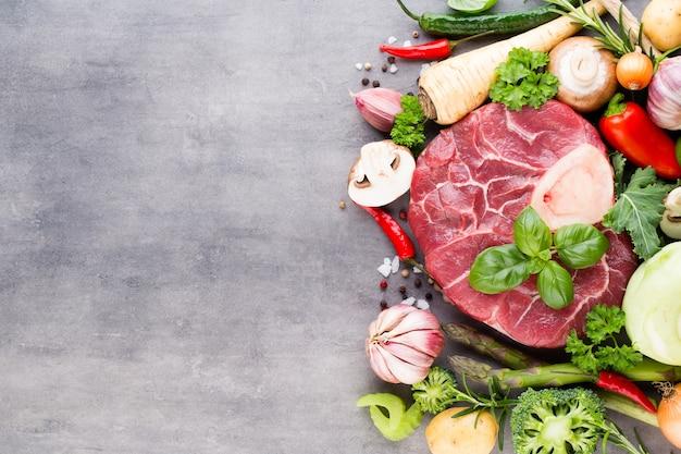 Bifteck de faux-filet de viande de boeuf frais cru avec des épices et des ingrédients.