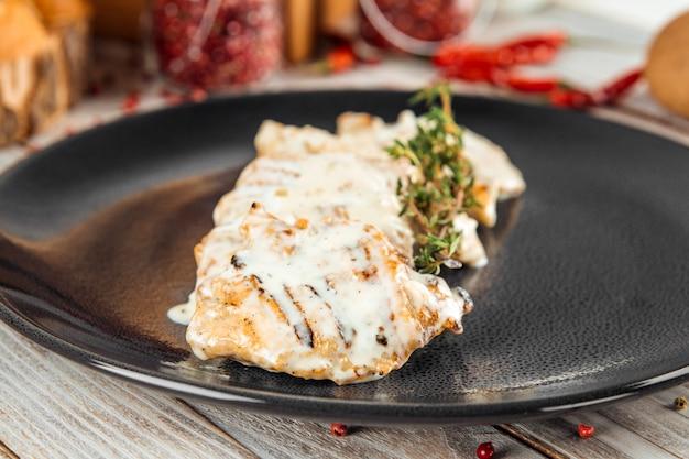 Bifteck de filet de dinde tendre à la crème de romarin