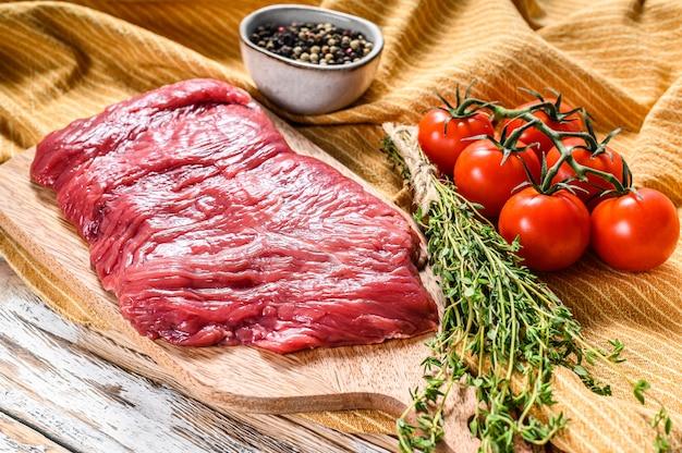 Bifteck de jupe extérieur frais sur une planche à découper
