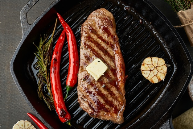 Bifteck moyen de bœuf régime cétogène cétogène, contre-filet frit sur la lèchefrite. recette de nourriture paléo avec de la viande