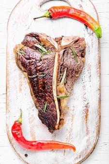 Bifteck de surlonge sur une planche à découper