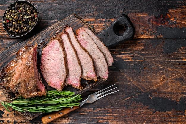 Bifteck à trois pointes de surlonge de rosbif tranché au barbecue.