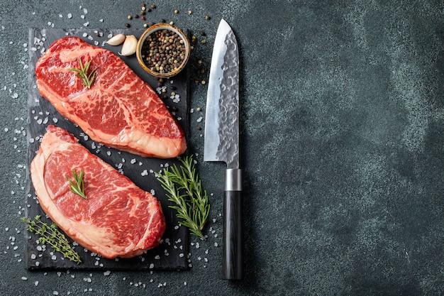 Biftecks de bœuf black angus crus frais.