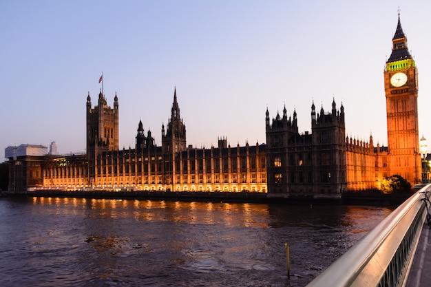 Le big ben, les chambres du parlement et le pont de westminster à londres. 22 juillet 2014 - londres. royaume-uni.