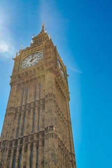 Le big ben est une attraction touristique célèbre à londres, royaume-uni