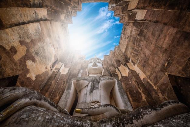 Big buddha au temple wat sri chum dans le parc historique de sukhothai, thaïlande.