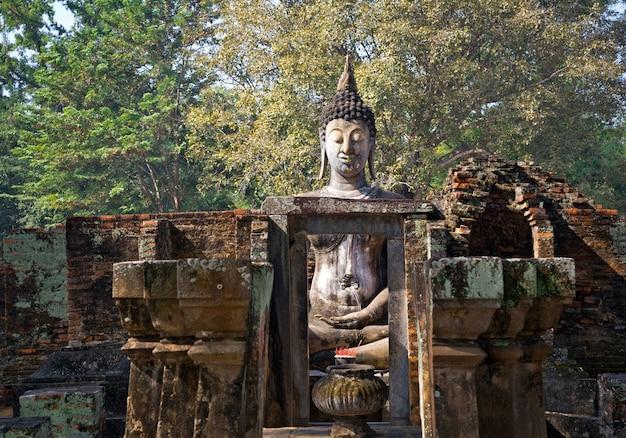 Big buddha wat sri chum dans le parc historique de sukhothai en thaïlande.