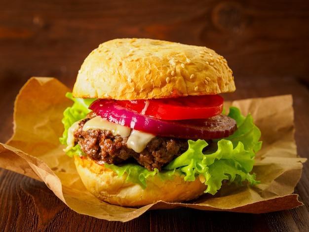 Big burger maison délicieux avec côtelette de boeuf, fromage, oignon, tomate et laitue