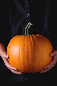 Big pumpkin dans les mains de l'enfant