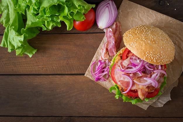 Big sandwich - hamburger burger avec boeuf, oignon rouge, tomate et bacon frit.