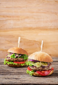 Big sandwich - hamburger burger avec boeuf, tomate, fromage et concombre mariné.