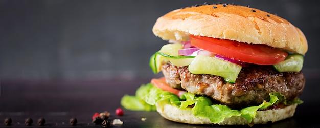 Big sandwich - hamburger burger avec boeuf, tomate, oignon rouge et laitue. bannière