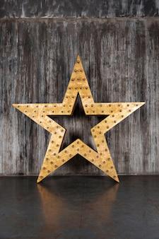 Big star sur le fond du mur de béton