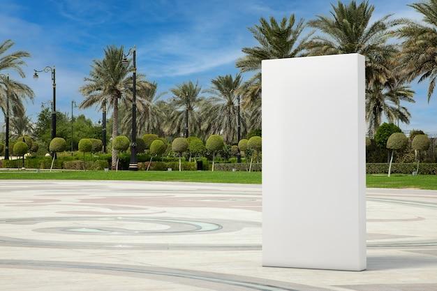 Big white blank advertising cube comme modèle pour votre conception dans la rue de la ville vide avec des palmiers en gros plan extrême. rendu 3d