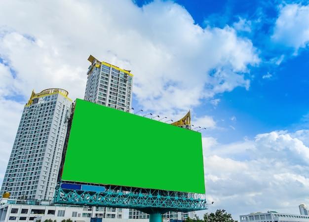 Big wihite signboard sur fond de construction