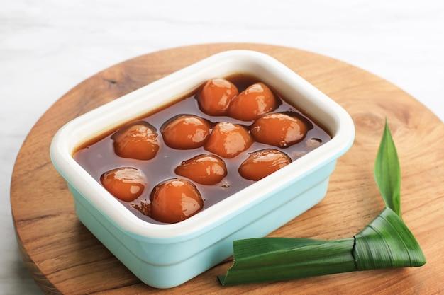 Biji salak kabocha (ou candil) est un dessert indonésien célèbre pendant le petit-déjeuner du ramadan. fabriqué à partir de boules de kabocha de patate douce ou de citrouille jaune avec du sirop de sucre de palme et du lait de coco. focus sélectionné