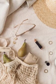 Bijouterie féminine de mode et composition d'accessoires. beauté, style de vie, collage de style décontracté sur neutre. mise à plat, vue de dessus