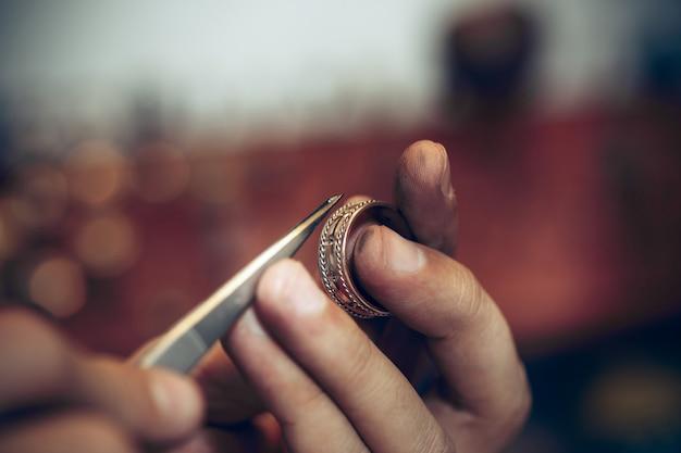 Bijoutier au travail dans la bijouterie.