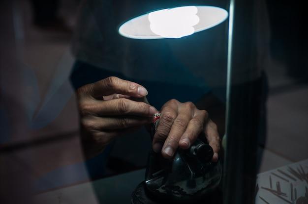 Bijoutier derrière le verre. travailler avec des bijoux