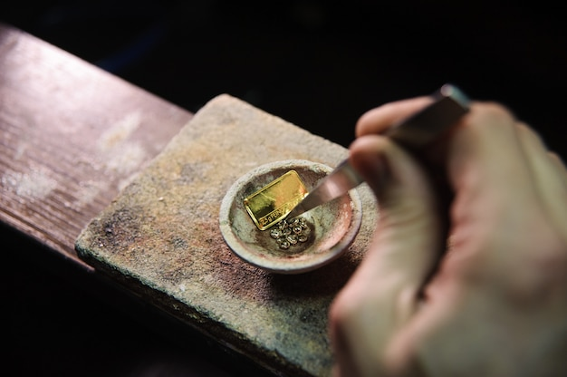 Un bijoutier fait fondre du métal pour les bijoux