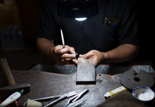 Bijoutier thaïlandais faisant des bijoux