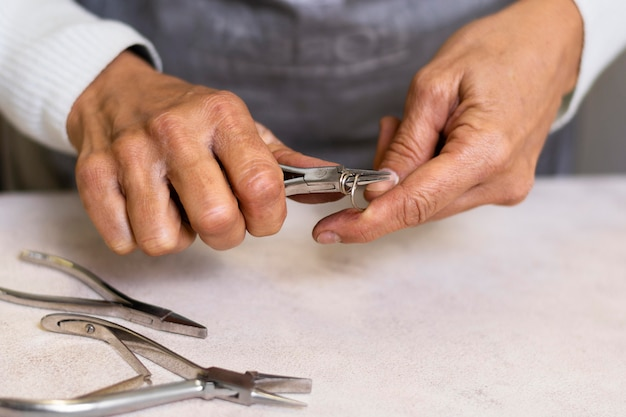 Bijoutier utilisant des outils pour créer des accessoires