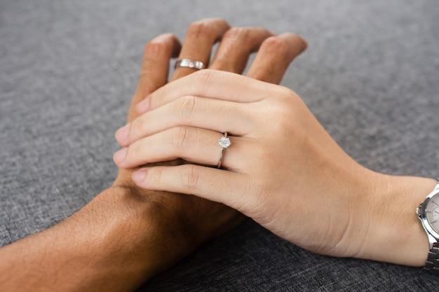 Bijoux de bague de fiançailles de luxe main dans la main ou couple de bagues de mariage, cadeau de mariage