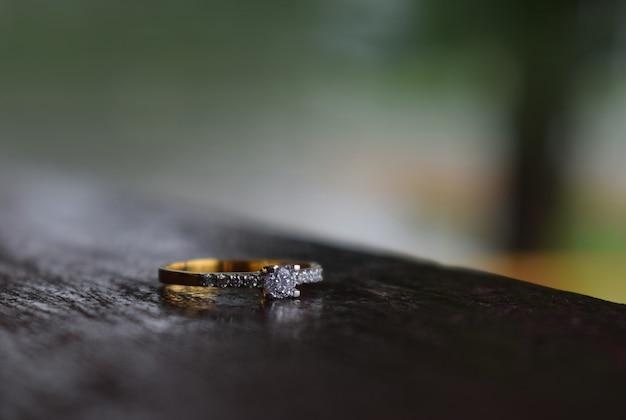 Bijoux les bagues en diamant sont des bagues de mariage luxueuses.