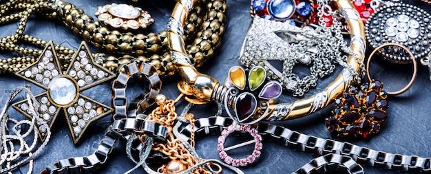 Bijoux et bijouterie.