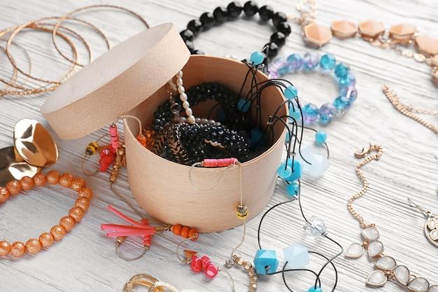 Bijoux et boîte sur table en bois